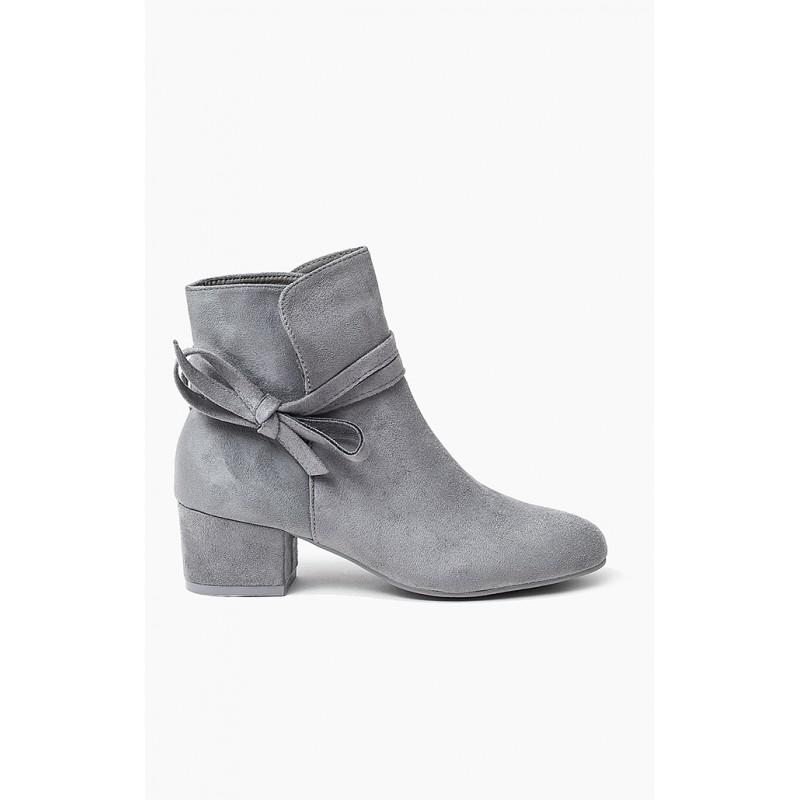 Světle šedé jarní dámské kotníkové boty s mašlí - manozo.cz b70969581f