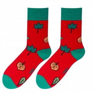 Moderní pánské ponožky červené barvy s podzimním listím
