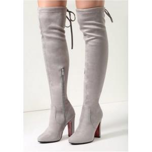 Světle šedé dámské vysoké kozačky nad kolena s červenou podrážkou na vysokém tlustém podpatku
