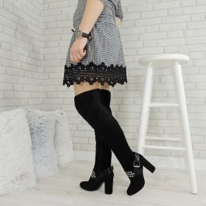 Dámské elegantní kozačky nad kolena v černé barvě na vysokém hrubém podpatku s ozdobným páskem