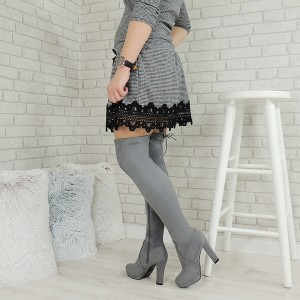 Vysoké semišové dámské kozačky nad kolena v šedé barvě na vysokém tlustém podpatku