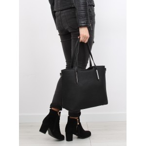 Černé dámské kabelky na rameno s kovovými aplikacemi a nastavitelným ramínkem
