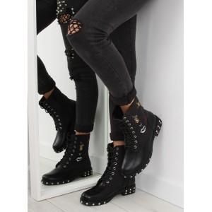 Černá dámská zimní obuv s nízkým podpatkem a nášivkami