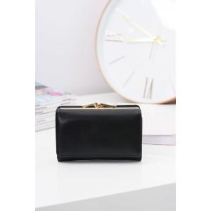 Praktická černá peněženka se zlatou sponou pro elegantní dámy
