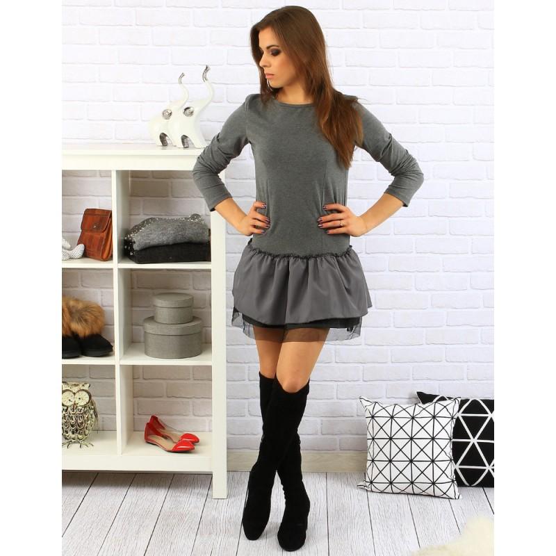 07987a5df0bb ... šaty Jednoduché krátké dámské šaty šedé barvy s vrstvenou sukní.  Předchozí