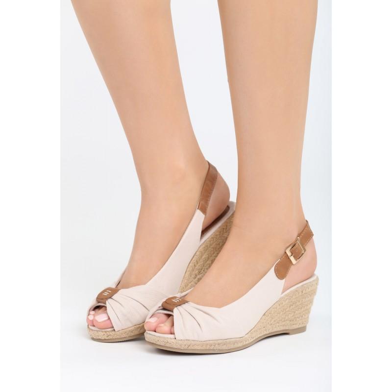 b1a61aa0609a Dámské sandály na klínku béžové barvy