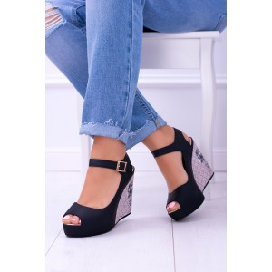 Sandály na klínku černé barvy