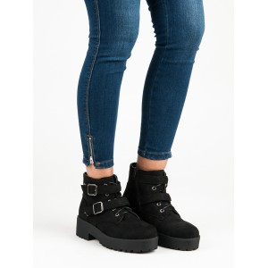 Semišové kotníkové boty na platformě s trendy přezkami