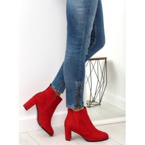 Červené kotníkové kozačky na trendy podpatku a s ozdobným pásem